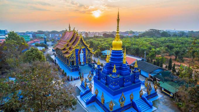 Check in chùa Wat Rong Seua Ten màu xanh nổi bật tại đất Nước Thái Lan - ảnh 1